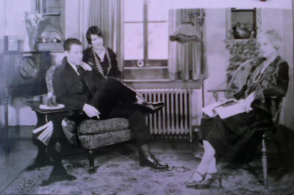 Familia escuchando la radio años 30