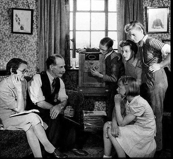familia americana escuchando la radio