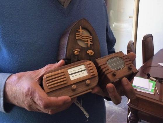 Radios en miniatura con su autor